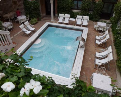 Outdoor italian pool in a venice hotel italian pool for Pool designs venice