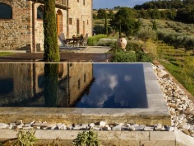 Piscina residenziale outdoor di forma geometrica realizzata da Progetto Ambiente